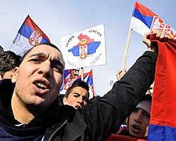 Zo'n vijfduizend boze Servische Kosovaren betoogden gisteren in Mitrovica tegen de onafhankelijkheidsverklaring van Kosovo door de etnische Albanezen.ap<br>