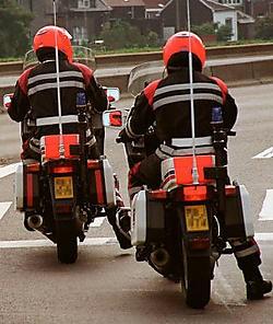 De agenten van de gemotoriseerde wegpolitie rijden nog altijd rond in hun oude motorpak. belpress.com<br>