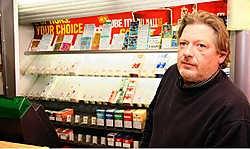 Patrick Derieuw wil nu antidiefstal- stickers op de sigarettenpakjes aanbrengen om te verhinderen dat ze doorverkocht kunnen worden.<br> Peter Maenhoudt