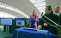 Louis Tobback en Inge Vervotte zetten de camera's in werking. Jannie Haek kijkt toe.Koen Merens<br>