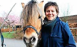 Katrien Meeus ziet een nieuwe huifkar graag komen. 'De oude kar is tot op de draad versleten.' <br>Eddy Van Ranst