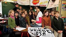 Nathalie Delporte van Radio Bem Bem tussen de enthousiaste kinderen van de klas van meester Elie (achter): 'Dit had ik nog nooit meegemaakt.' Grégoire De Poorter