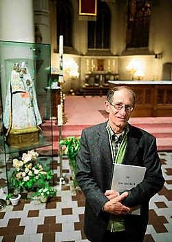 Wie met het naslagwerk van Gilbert Coghe in de hand de Sint-Bavokerk bezoekt, kan zichzelf een leerrijke gidsbeurt cadeau doen. Stefaan Beel