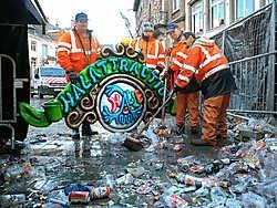 Stadsarbeiders borgen het bord van Halattraction op tot volgend jaar.Yvan De Saedeleer<br>