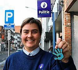 Catherine DeSterck van de politiezone Rupel toont de nieuwe sleutelhanger. Eddy Van Ranst