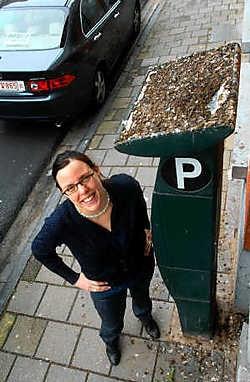 Sarah Smeyers bij de wel erg smerige parkeerautomaat: 'Het gemeentebestuur kan toch een valkenier inzetten tegen de duiven.'<br> Carol Verstraete