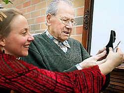 Louis bekijkt met Jeanet het schaduwportret dat ze van hem maakte. Inge Van den Heuvel<br>