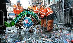 Stadsarbeiders borgen gisteren symbolisch het bord van Halattraction op tot volgend jaar. Yvan de Saedeleer<br>