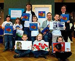De eerstejaars van de gemeentelijke basisschool in Gierle stellen trots hun poëziebundel voor. Lily Leys