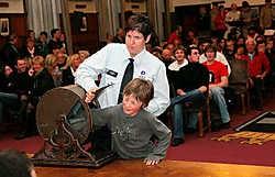 Een onschuldige kinderhand bezegelde de loting in het stadhuis.Norbert Minne<br><br>