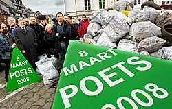 De deelnemers aan de grote Poets visten vijfentwintig kubieke meter zwerfafval uit de bermen.David Stockman