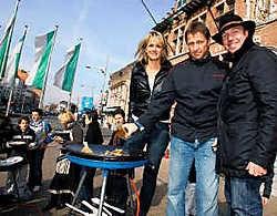 Vital Borkelmans was zaterdag populair in Eeklo. Hier wokt hij samen met vrouw Karla en barbecuespecialist Peter De Clercq voor tweehonderd man. Michel Moens