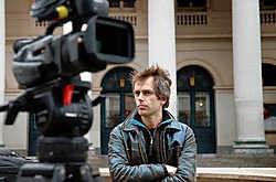 Eric Smeesters wacht op verhalen op het Muntplein in Brussel.Herman Ricour<br>