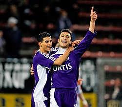 Mbark Boussoufa omhelst zijn ploegmaat Ahmed Hassan. Beide Anderlechtspelers hadden met elk een doelpunt een groot aandeel in de gemakkelijke zege tegen Charleroi.photo news<br>