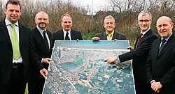 Geert Bourgeois heeft samen met enkele leden van het schepencollege en Dirk Metsu de nieuwe recreatiezone voorgesteld.<br> Peter Maenhoudt<br>