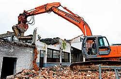 De voormalige Ford-garage in de Deken Darraslaan gaat tegen de grond en maakt plaats voor 26 sociale appartementen.<br>Stefaan Beel