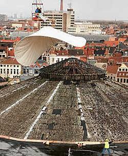 Als afronding van de instandhoudingswerken werd over het dak van de oud-garage Mahy een zeil gespannen.fvv