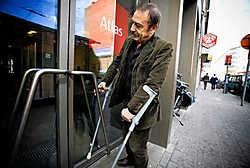 Johan Bijttebier: 'Wanneer het om nieuwe gebouwen gaat, aanvaarden we geen excuses meer. De hoofdingang moet voor iedereen toegankelijk zijn, ook voor mensen met een handicap.'Wim Kempenaers