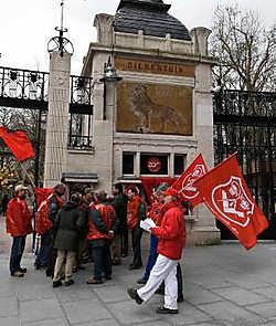 De socialistische vakbond ABVV deelde gisteren pamfletten uit aan de poort van de Zoo.Walter Saenen