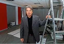 Zaakvoerder Guy Brisaert verhuist in april naar dit nieuwe kantoor in Groot-<br>Bijgaarden.<br>Yvan <br>De Saedeleer