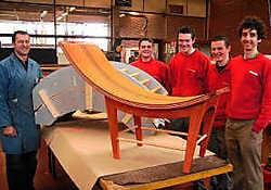Valentino Devos, Xavier De Jode, Cis Desmet en Gregory Goeminne vervaardigden onder de leiding van leraar Filip Feys een stoel in de Afrikaanse houtsoort padouck. if