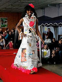De modeshow met jurkjes in papier en karton werd een onverhoopt succes.<br> Michel Moens