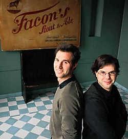 Jan (rechts) en David Claes: 'Gentenaars kennen de pracht van dit gebouw niet'.gia