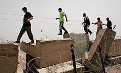 Op veel plekken lijkt Bagdad zo uit de Westelijke Jordaanoever geplukt: hoge betonnen muren en blokken die de wijken van de verschillende milities afbakenen.afp<br>