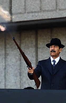 Saddam koos voor een onmogelijke evenwichtsoefening.reuters<br>