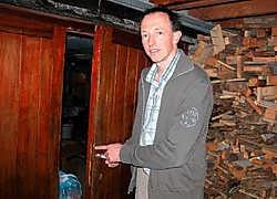 Uitbater Luc Wachtelaer toont de inbraaksporen. 'Nochtans stonden de deuren van het hotel gewoon open.'Fanny Lauwerier