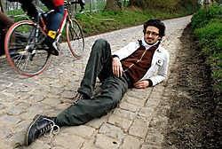 Vladimir languit op de kasseien. Verdiende rust na zijn prestatie op de rug van de kinderkopjes. david stockman<br>
