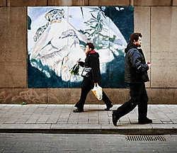 Vier procent van de voorbijgangers had oog voor deze muurschildering van Luc Tuymans in de Beddenstraat in Antwerpen. Eric de Mildt<br>