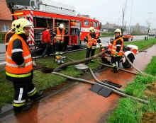 De brandweer plaatste een pomp aan de hoofdriolering en pompte het water in weilanden. Louis Verbraeken