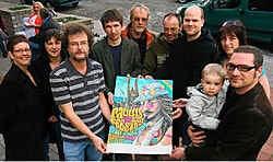 Bart Simoens (rechts) en leden van de vzw Paulusfeesten stellen de affiche voor. Peter Maenhoudt<br>