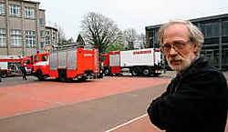 Elektricien Alain Clippeleyr, die op de zolder bezig was, merkte de brand op. Herman De Wit