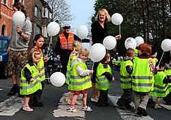 Actie in de Adolf Bayensstraat, 'voor meer respect voor de zebrapaden aan onze school.'gia
