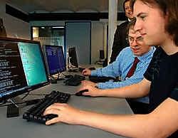 Laaggeschoolde werkzoekenden worden opgeleid tot informaticus of medewerker van een callcenter. Herman Ricour