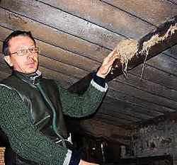 Franklin De Groote uit Baaigem wil subsidies bekomen voor het behoud van de boerenzwaluwkolonies in Gavere. De nesten in de stallen moeten volgens hem meer beschermd worden. gpp