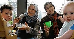 Latifah Bouhoute (r.) en Müyser Calliskan: meer zelfvertrouwen door te studeren.Isabelle Pateer<br>