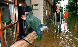Rudy Van Driessche (rechts) dagvaardde in 2005 de stad Ronse voor de steeds weerkerende wateroverlast. srd<br>