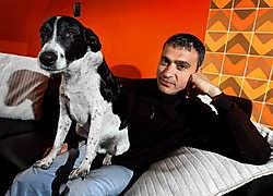 Remo Perrotti en zijn hond Knal, een van de acteurs in het theaterstuk.Yorick Jansens<br>