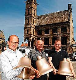 Jan Dequidt, Frans Deschuytter en Daan Vandenbussche met drie van de achttien klokken. Isabelle Vanhassel<br>