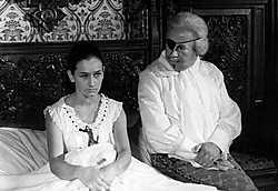 Doña Rosita (Rosemarie Bergmans) en Don Cristobal (Cyriel Van Gent) maken dankbaar gebruik van het kasteelbed.VRT Archief<br>