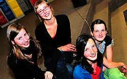 De zusjes Dewitte en de zusjes Bernard waren bij de laureaten van de poëziewedstrijd 'Gebroken Wit' georganiseerd door de Kortrijkse pleinscholen.Patrick Holderbeke