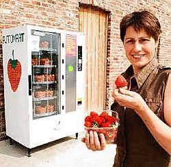 Rita Janssens, vrouw van Franky Vanroose, geniet van de aarbeien uit de automaat. Isabelle Vanhassel