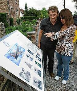 Patrick Hodgkinson en zijn vrouw onthullen een gedenkteken aan de Hulsbeekstraat.Jef Collaer<br>