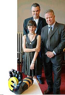 Tulin Sahin, Martin Uvijn (achteraan) en burgemeester Rik Daelman met de kunstige zwarte hand die te zien is in het gemeentehuis.<br>Paul De Malsche<br>