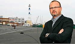'Bewoning en bedrijvigheid zullen samengaan in het nieuwe blok', zegt schepen Bart Bronders. Peter Maenhoudt<br>
