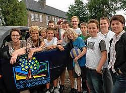 Directrice Seline Somers (met bril) en Inez Hardenne (public relations) samen met de jongelui van middenschool De Moerbei.Paul De Malsche<br>