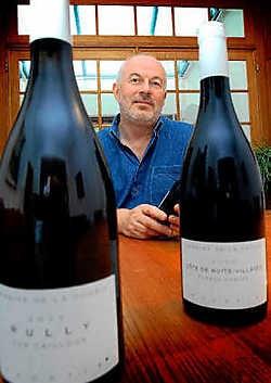 Mark Moustie heeft naast zijn voltijdse job in België ook nog een tweede leven als wijnboer in de Bourgognestreek in Frankrijk. Het resultaat van drie jaar noeste arbeide laat hij dit weekend proeven. Yvan De Saedeleer